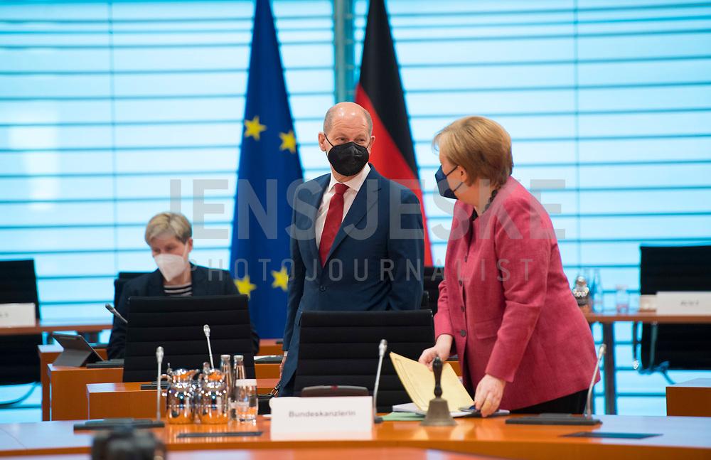 DEU, Deutschland, Germany, Berlin, 02.06.2021: Bundesfinanzminister Olaf Scholz (SPD) und Bundeskanzlerin Dr. Angela Merkel (CDU) vor Beginn der 144. Kabinettsitzung im Bundeskanzleramt.