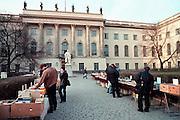 Duitsland, Berlijn, 15-4-2000..Historische ingang gebouw Humboldt universiteit...Boekenmarkt ervoor...Foto: Flip Franssen/Hollandse Hoogte
