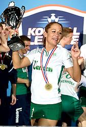 11-04-2015 NED: PKC SWKgroep - TOP Quoratio, Rotterdam<br /> Korfbal Leaguefinale in een volgepakt Ahoy / <br /> Mady Tims die met de beker afscheid neemt.