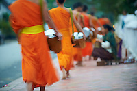 Laos, Province de Luang Prabang, ville de Luang Prabang, Patrimoine mondial de l'UNESCO depuis 1995, procession matinale des moines bouddhiste pour l'aumone // Laos, Province of Luang Prabang, city of Luang Prabang, World heritage of UNESCO since 1995, Buddhist monks procession receive offerings