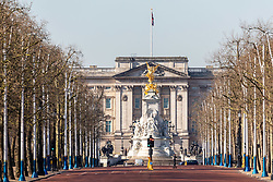 © Licensed to London News Pictures. 25/03/2020. London, UK. The Mall and Buckingham Palace looking empty during Lockdown as Prime Minister Boris Johnson orders police to enforced the lockdown rules. Meanwhile, Prince Charles is confirmed to have contracted Covid19 as the coronavirus crisis continues. Photo credit: Alex Lentati/LNP