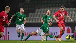 Lars Kramer (Viborg FF) forsøger at stoppe Sebastian Czajkowski (FC Helsingør) under kampen i 1. Division mellem Viborg FF og FC Helsingør den 30. oktober 2020 på Energi Viborg Arena (Foto: Claus Birch).