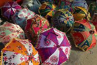 Inde, Rajasthan, Jaipur la ville rose, boutique d'artisanat et de souvenir. Ombrelle. // India, rajasthan, Jaipur the Pink City, handicraft and souvenir shop. Ombrela.