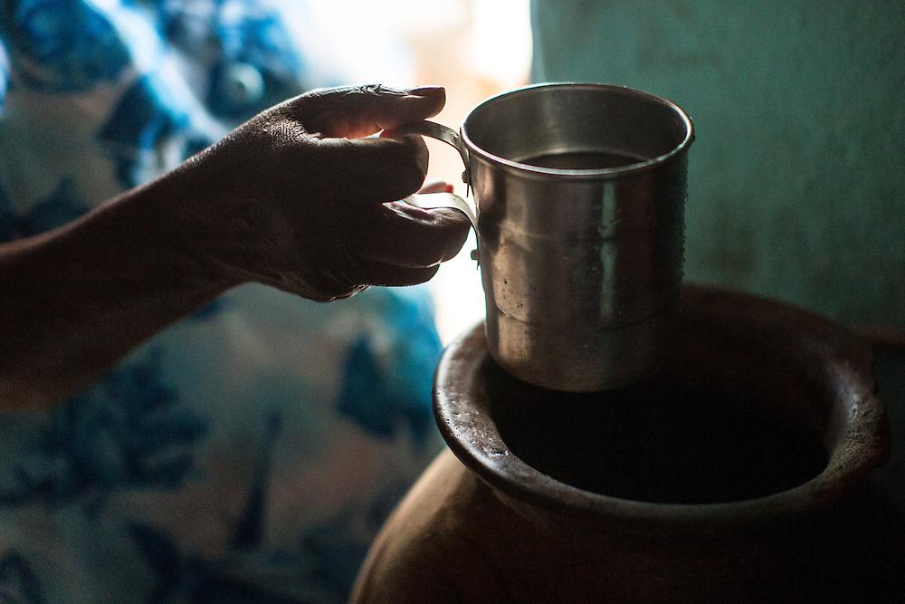 Rio Pardo de Minas_MG, Brasil.<br /> <br /> Cisternas instaladas em residencias da comunidade de Peixe Bravo. Na foto, mulher colhendo alfaces.<br /> <br /> cistern installed on Peixe Bravo community residences. In this photo a woman watering for lettuce.<br /> <br /> Foto: LEO DRUMOND / NITRO