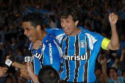 Léo e Tcheco comemoram gol do gremio na partida entre as equipes do Gremio e Internacional realizada no Estadio Olimpico, em Porto Alegre, valida pela 26ª rodada do Campeonato Brasileiro. Foto: Lucas Uebel/Preview.com