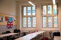 DEU, Deutschland, Germany, Berlin, 28.01.2020: Vergitterte Fenster (ohne Fenstergriffe) mit Sicherheitsglas zum Schutz der Schüler in einem Klassenzimmer im jüdischen Gymnasium Moses Mendelssohn.