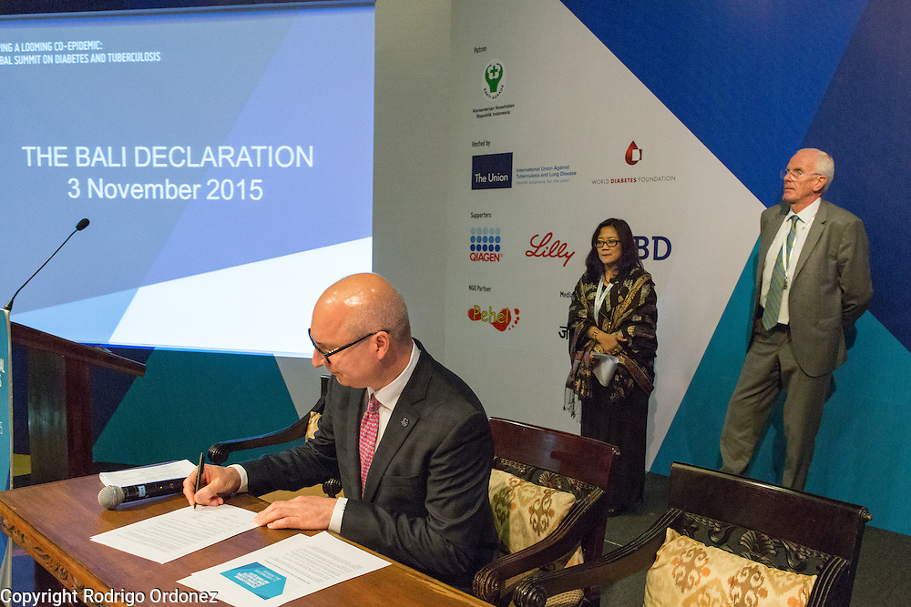 The Executive Director of The Union, José Luis Castro (foreground), signs the Bali Declaration, at the global summit on diabetes and tuberculosis in Bali, Indonesia, on November 3, 2015.<br /> The increasing interaction of TB and diabetes is projected to become a major public health issue.The summit gathered a hundred public health officials, leading researchers, civil society representatives and business and technology leaders, who committed to take action to stop this double threat. (Photo: Rodrigo Ordonez for The Union)