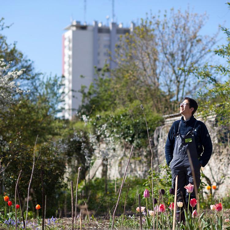 Léa Goncalvez dans le jardin du Pouplier gérer par l'association de l'humus aux murs à pêches de Montreuil