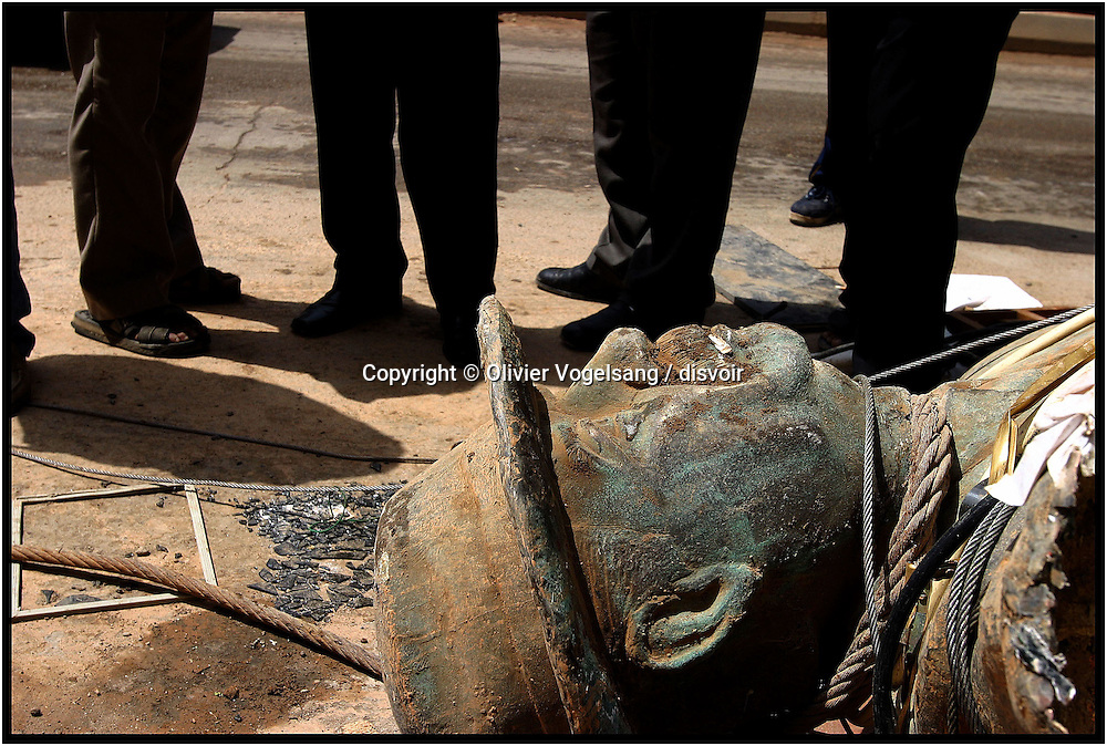 Iraq. Baghdad. Saddam Hussein statue collapse when a truck drag the cable.