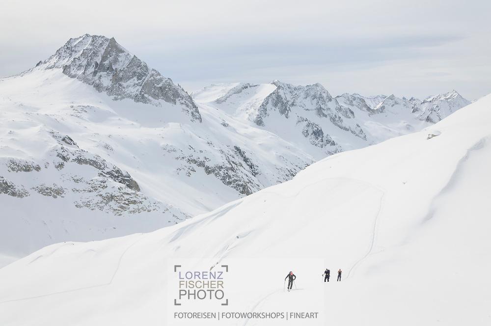 Impressionen einer Skitourenwoche im Gebiet der Rotondo-Hütte. Aufstieg vom Gerengletscher auf die Muttenlücke.