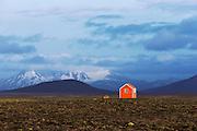 A small red house on the northern Island mountains. I guess it is a kind of emergency shelter | Et lite rødt hus i fjellet på nord Island. Jeg regner med det er en form for nødhytte.