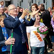NLD/Thorn/20110430 - Koninginnedag 2011 in Thorn, Constantijn, Pieter van Vollenhoven en Marilene van den Broek probeert een een stok te vangen als spelletje