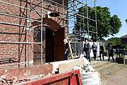 Koning Willem Alexander brengt  in Hilvarenbeek een werkbezoek aan een aantal initiatieven die vanuit de samenleving zijn gestart. De initiatieven dragen bij aan de leefbaarheid en toekomstbestendigheid van de dorpen die deel uitmaken van de gemeente Hilvarenbeek.<br /> <br /> King Willem Alexander is in Hilvarenbeek a working visit to a number of initiatives that have started from society. The initiatives contribute to the liveability and future-proofing of the villages that are part of the municipality of Hilvarenbeek.<br /> <br /> Op de foto:  In Esbeek werd Koning Willem-Alexander vervolgens ontvangen in de voormalige kerk, die wordt verbouwd tot een Samenwijscentrum: basisonderwijs, kinderopvang en peuterspeelzaal onder één dak. <br /> <br /> In Esbeek King Willem-Alexander was subsequently received in the former church, which is being converted into a Samenwijscentrum: primary education, childcare and playgroup under one roof.