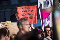 SCHWEIZ - BERN - Demonstration 'Essen ist politisch!' organisiert von 'Landwirtschaft mit Zukunft', hinter dieser Initative stehen über 30 Organisationen, welche zur Demonstration aufgerufen haben. Hier das Transparent '1 Kuh macht Muh, viele Kühe machen Mühe!' auf dem Bundesplatz - 22. Februar 2020 © Raphael Hünerfauth - http://huenerfauth.ch