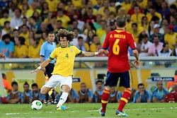 David Luiz disputa com Andrés Iniesta na partida entre Brasil e Espanha válida pela final da Copa das Confederações 2013, no estádio Maracana, no Rio de Janeiro. FOTO: Jefferson Bernardes/Preview.com
