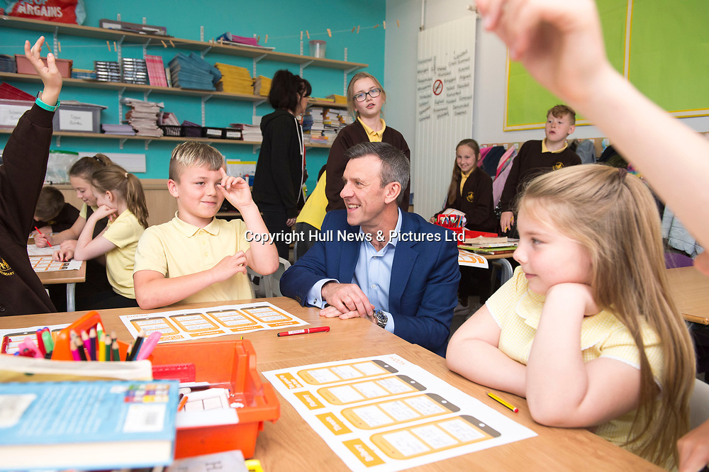 3 May 2019: Sean Royce of KCOM and Emma Hardy MP during a visit to Eastfield Primary School in Anlaby Road, Hull.<br /> Picture: Sean Spencer/Hull News & Pictures Ltd<br /> 01482 210267/07976 433960<br /> www.hullnews.co.uk         sean@hullnews.co.uk