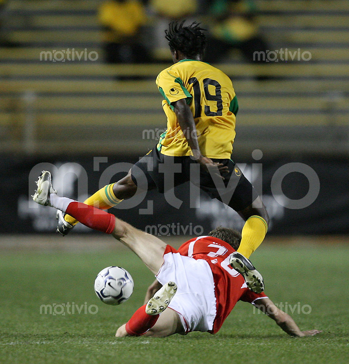 Fussball International Testspiel  Schweiz 2-0 Jamaica Patrick Mueller (SUI,unten) gegen Fabian Taylor (JAM)