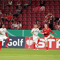11.09.2020, Opel Arena, Mainz, GER, DFB-Pokal, 1. Runde TSV Havelse vs 1. FSV Mainz 05<br /> , im Bild<br />Seit langer Zeit wieder Zuschauer in der Opel Arena, die Spieler werden begrüßt. Jean-Paul Boetius (FSV Mainz 05), Daniel Brosinski (FSV Mainz 05), Jonathan Burkhardt (FSV Mainz 05)<br /> <br /> Foto © nordphoto / Bratic