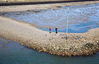 VLIELAND - Waddeneiland Vlieland.  op een dam in de waddenzee.  COPYRIGHT KOEN SUYK