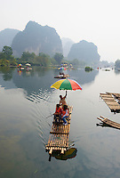 Chine, Province du Guangxi, region de Guilin, montagnes en forme de pains de sucre, riviere Li, region de Yangshuo // China, Guangxi province, Guilin, Karst Mountain Landscape and Li river around Yangshuo