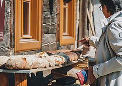 THEMENBILD - ein Bäcker bäckt wöchentlich Bauernbrot und Milchbrot bzw. Osterstriezel, im alten, traditionellen Holzofen neben dem Meixnerhaus am Kirchbichl oberhalb von Kaprun, aufgenommen am 10. April 2020 in Kaprun, Oesterreich // a baker bakes farmhouse bread and milk bread or Osterstriezel every week, in the old, traditional wood-burning oven next to the Meixnerhaus at the Kirchbichl above Kaprun in Kaprun, Austria on 2020/04/10. EXPA Pictures © 2020, PhotoCredit: EXPA/Stefanie Oberhauser