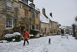 © Licensed to London News Pictures. 28/12/2020. Burford, UK. Heavy snow falls on the village of Burford in Oxfordshire, south England as the UK experiences freezing temperatures over night. Photo credit: Ben Cawthra/LNP