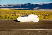 De avondruns op de vierde racedag. In Battle Mountain (Nevada) wordt ieder jaar de World Human Powered Speed Challenge gehouden. Tijdens deze wedstrijd wordt geprobeerd zo hard mogelijk te fietsen op pure menskracht. De deelnemers bestaan zowel uit teams van universiteiten als uit hobbyisten. Met de gestroomlijnde fietsen willen ze laten zien wat mogelijk is met menskracht.<br /> <br /> In Battle Mountain (Nevada) each year the World Human Powered Speed Challenge is held. During this race they try to ride on pure manpower as hard as possible.The participants consist of both teams from universities and from hobbyists. With the sleek bikes they want to show what is possible with human power.
