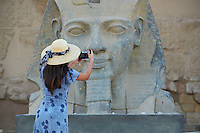 Afrique du Nord, Egypte, Louxor, Temple de Louxor, Patrimoine mondial de l'UNESCO, Vallée du Nil, rive gauche du Nil, Touriste devant la statue colosse de Ramses II // Africa, Egypt, Louxor, Temple of Luxor, World Heritage of the UNESCO, east bank of the river Nile, tourist, Satue of the pharaoh Ramesses II