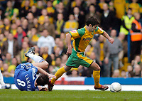 Photo: Leigh Quinnell.<br /> Chelsea v Norwich City. The FA Cup. 17/02/2007.<br /> Norwichs' Simon Lappin leaves Chelseas Frank Lampard behind.