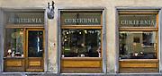 Witryny wystawowe cukierni na ulicy Jagiellońskiej w Krakowie, Polska<br /> Display shop windows of the cake shop in the Jagiellońska Street in Cracow, Poland