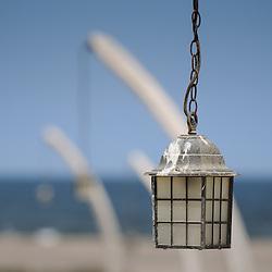 Costelas de baleia usadas com suporte para lampadas de iluminação no Flamingo Lodge. Província do Namibe, Angola