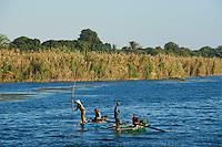 Egypte, Haute Egypte, croisiere sur le Nil entre Louxor et Assouan, pecheur // Egypt, cruise on the Nile river between Luxor and Aswan, fisher