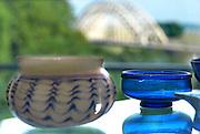 Nederland, Nijmegen, 17-9-2016 Interieur van het gemeentelijk museum voor oudheid en moderne kunst het Valkhof . Romeins glaswerk met de waalbrug op de achtergrond .FOTO: FLIP FRANSSEN