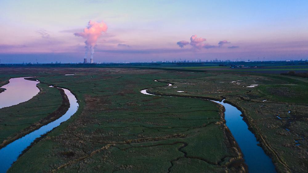 Nederland, Zeeuws-Vlaanderen, Nieuw-Namen, 05–11-2020; Emmadorp, Het Verdonken Land van Saeftinghe,  getijdengebied in het oosten Zeeuws-Vlaanderen op de grens met Belgie en onderdeel van het estuarium van de Schelde. De voormalige polder is het grootste brakwatergebied van Europa en staat onder invloed van het getij. Het Verdronken Land is een natuurreservaat, in beheer bij het Zeeuws Landschap en belangrijk als broed-, overwinterings- en rustgebied voor vogels. <br /> The Drowned Land of Saeftinghe, tidal area in the east of Dutch Flanders on the border with Belgium. The former polder is the largest brackish water of Europe and because of the the tides, there are mud flats and gullies. The Drowned Land is a nature reserve, not freely accessible. It is managed by the Zeeuws Landscape and important as bird sanctuary, part of the Scheldt estuary.<br /> drone-opname (luchtopname, toeslag op standaard tarieven);<br /> drone recording (aerial, additional fee required);<br /> copyright foto/photo Siebe Swart