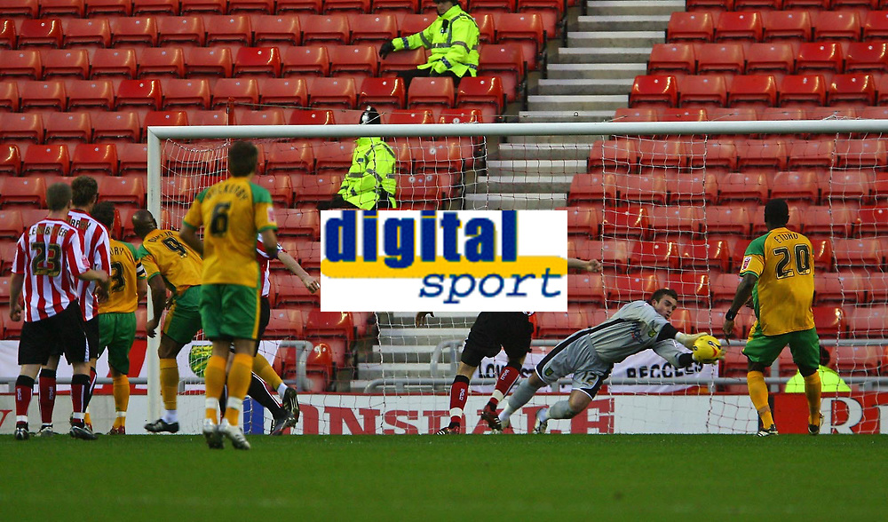 Photo: Andrew Unwin.<br />Sunderland v Norwich City. Coca Cola Championship. 02/12/2006.<br />Norwich's goalkeeper, Lee Camp, dives to his left to save a goal-bound header.