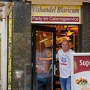 NLD/Blaricum/20181012 - Booskijkende Paul de Leeuw verlaat de visboer in Blaricum,