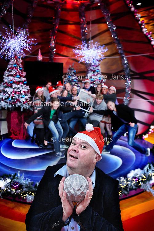 Nederland, Alemere , 21 december 2011..Paul de Leeuw voor de rubriek de Klapstoel in zijn studio in Almere. Op de achtergrond de redactie..Foto:Jean-Pierre Jans