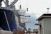 Italie, Napels, 7-3-2008..De haven van de stad Napels. Via deze zeehaven worden veel illegale goederen en smokkelwaar het land, europa binnengebracht...Foto: Flip Franssen