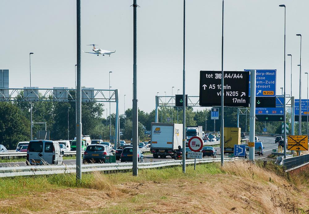 Nederland, Omgeving Schiphol, 29 aug 2013<br /> Landend vliegtuig koerst aan op de landingsbaan van Schiphol<br /> <br /> Foto(c): Michiel Wijnbergh