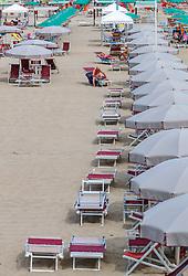 THEMENBILD - Urlauber, Sonnenstühle und Sonnenschirme an einem Sandstrand, aufgenommen am 24. Juni 2018 in Viareggio, Italien // vacationer, Sun chairs and umbrellas on a sandy beach, Viareggio, Italy on 2018/06/24. EXPA Pictures © 2018, PhotoCredit: EXPA/ JFK