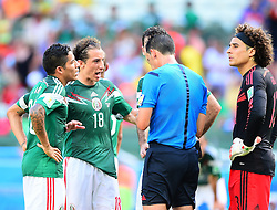 29.06.2014, Castelao, Fortaleza, BRA, FIFA WM, Niederlande vs Mexico, Achtelfinale, im Bild Andres Guardado (Mexiko) reklamiert bei Referee Pedro Proenca // during last sixteen match between Netherlands and Mexico of the FIFA Worldcup Brazil 2014 at the Castelao in Fortaleza, Brazil on 2014/06/29. EXPA Pictures © 2014, PhotoCredit: EXPA/ fotogloria/ Best Photo Agency<br /> <br /> *****ATTENTION - for AUT, FRA, POL, SLO, CRO, SRB, BIH, MAZ only*****