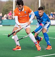BLOEMENDAAL  - Arthur van Doren (Bldaal) met Sander de Wijn (Kampong)   . Bloemendaal-Kampong (2-1).  hoofdklasse hockey mannen.   COPYRIGHT KOEN SUYK