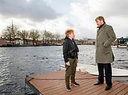 Koning Willem-Alexander bezocht dinsdag verschillende burgerinitiatieven in de gemeente Tilburg. Eerder op de dag was hij samen met staatssecretaris Broekers-Knol op bezoek bij de marechaussee in de haven van Hoek van Holland.