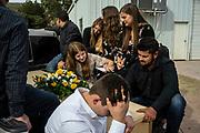 Familiares  transportan los ataudes durante la procesion de los cuerpos. Un grupo armado atacó a miembros de la familia de Julián LeBarón, un conocido líder mormón y activista social, en una carretera entre los Estados de Chihuahua y Sonora, al norte de México. Seis niños y tres mujeres de origen estadounidense fueron asesinadas en este hecho. Fotografo César Rodríguez/El Pais.