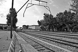 traversa predisposta per caricare i vagoni merci. Reportage che racconta le situazioni che si incontrano durante un viaggio lungo le linee ferroviarie SUD EST nel Salento.