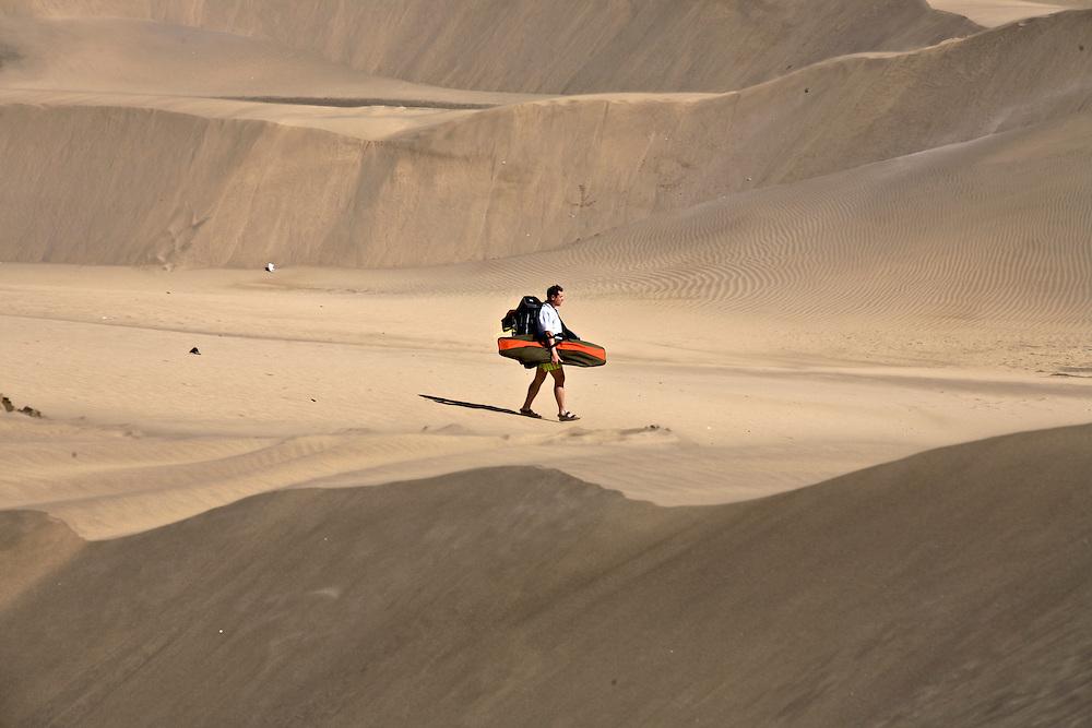 España. Islas Canarias. Gran Canaria. Maspalomas.Gente paseando en el Parque Natural de las dunas de Maspalomas..©JOAN COSTA....