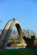 Nederland, Nijmegen, 21-2-2014 Sinds kort ligt er langs de Waal en over de toegang het meertje waar woonboten liggen, een bruggetje, voetgangersbrug, die het centrum van de stad verbindt met de stadswaard in de Ooijpolder. De brug heet Ooijpoort. Hiermee is een aantrekkelijke wandelroute gemaakt met het natuurgebied.Foto: Flip Franssen/Hollandse Hoogte
