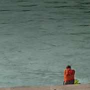 2016 10 14 Rishikesh Uttarakhand Indien<br /> Man som sitter vid Ganges vid Ram Jhula<br /> <br /> ----<br /> FOTO : JOACHIM NYWALL KOD 0708840825_1<br /> COPYRIGHT JOACHIM NYWALL<br /> <br /> ***BETALBILD***<br /> Redovisas till <br /> NYWALL MEDIA AB<br /> Strandgatan 30<br /> 461 31 Trollhättan<br /> Prislista enl BLF , om inget annat avtalas.