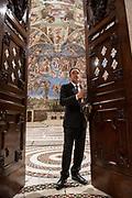 Roma, 19.06.18. Gianni Crea, jefe del equipo de claveros que custodian las 2.797 llaves de los Museos Vaticanos, en la Capilla Sixtina.<br /> Foto: V'ctor Sokolowicz