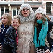 NLD/Amsterdam/20111117 - Inloop Bennie Stout in premiere voor Sinterklaas, Pleunie Touw en vermoedelijk kleinkinderen